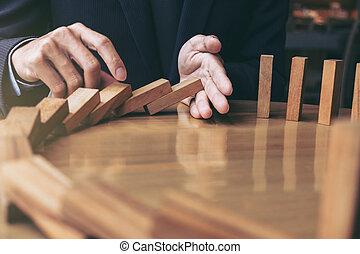 概念, ぐらつかせられる, ビジネス, の上, 成功した, 危険, 絶え間がない, 効果, 作戦, 木製である, ドミノ, ビジネスマン, 停止, 終わり, 落ちる, 手, ∥あるいは∥, 仲裁