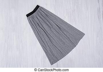 概念, ひだを取られたスカート, 灰色, バックグラウンド。, 流行, 木製である
