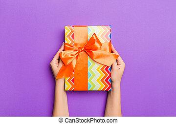 概念, 保有物, クリスマス, 女, space., 平ら, 弓, 紫色, 位置, 贈り物, 飾られる, コピー, 休日, 背景, 手, 包まれた