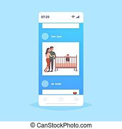 概念, 家族, カンニングしなさい, 新生, smartphone, 適用, 父, ∥(彼・それ)ら∥, 幸せ, 平ら, 女, スクリーン, 親であること, 子供, 赤ん坊, 人, フルである, モビール, 一緒に, 遊び, 長さ, 母, 楽しみ, 持つこと