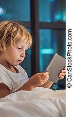 概念, city., instagram, 睡眠, 技術, 子供, 前に, 物語, タブレット, 行く, size., 彼の, 縦, フォーマット, 壁紙, 使用, 背景, 男の子, モビール, ベッド, 物語, 夜, ∥あるいは∥