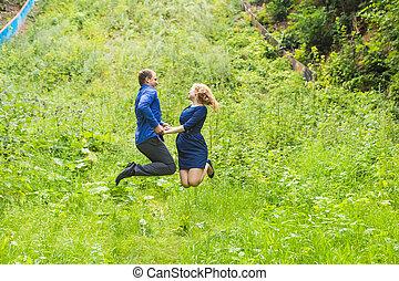 樂趣, 夫婦, 在, 跳躍, 上, the, 戶外