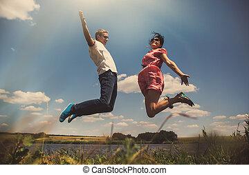 樂趣, 夫婦, 在, 跳躍, 上, the, 戶外, 背景