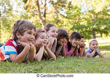 横列, 子供, 微笑, わずかしか