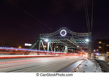 橋, そして, streetcar, 中に, トロント, 夜で