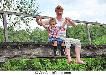 橋, 彼の, 孫, 彼女, モデル, ぶら下がる, よく晴れた日, 祖母, 明るい, 足, 夏