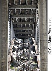 橋, 構造, 下に