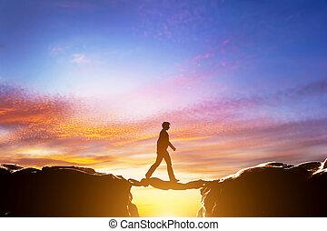 橋, 歩くこと, ある, 上に, 絶壁, もう1(つ・人), ∥間に∥, 山, 人