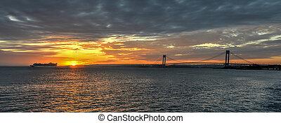 橋, 狭くなる, verrazano, 日没, 巡航客船, 渡ること