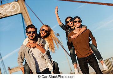 橋, 私達, 持ちなさい, ただ, 若者, 歩くこと, ガールフレンド, 2, ∥(彼・それ)ら∥, 間, 便乗商法, fun!, ほしい, 微笑, 前方へ, ハンサム