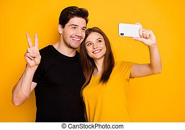 機嫌よく, ボーイフレンド, 隔離された, toothily, tシャツ, 鮮やか, のまわり, 黒, 黄色, 旅行, ガールフレンド, 写真, 世界, 提示, 背景, v. 印, 微笑, selfie, 取得, 色, 身に着けていること