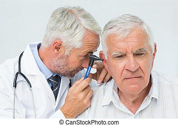 檢查, 男性, 醫生, 患者` s, 年長者, 耳朵