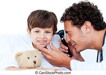 檢查, 醫生, patient\'s, 沉思, 耳朵