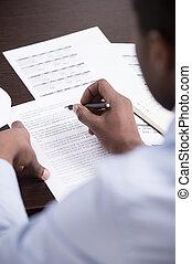 檢查, the, documents., 頂視圖, 非洲血統, 人, 寫, 某事, 上, the, 報紙
