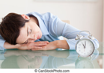 次に, 彼女, 机, かわいい, 頭, オフィス, 睡眠, ブルネット, alarmclock, 女