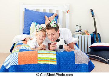 歡樂, 小男孩, 以及, 他的, 父親, 觀看, a, 足球比賽