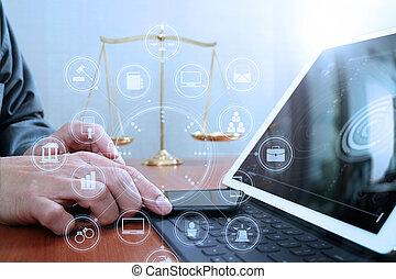 正義, 真ちゅう, スクリーン, グラフィック, スケール, 図, バランス, デジタル, 机, オフィス, 弁護士, 痛みなさい, 事実上, 手, コンピュータ, 法律, 仕事, 木製である, concept., マレ, タブレット, アイコン, 電話