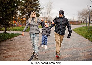 歩くこと, わずかしか, 曇り, 息子, 下方に, 通り, 親, 微笑, 日