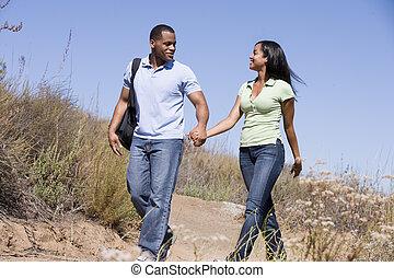 歩くこと, カップルの保有物手, 道, 微笑