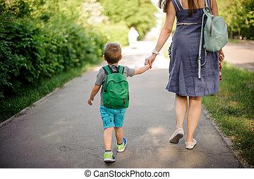 歩くこと, バックパック, 日当たりが良い, 背中, 息子, 下方に, 通り, 母, わずかしか, 日, 光景