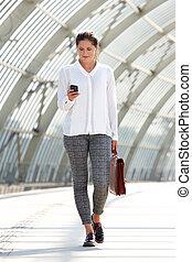 歩くこと, 女性ビジネス, 袋, モビール, 若い, 電話