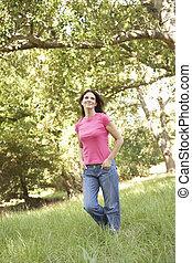 歩くこと, 女, 公園, 若い, 長い間, によって, 草