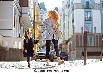 歩くこと, 女, 娘, 彼女, 若い, うれしい