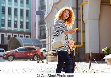 歩くこと, 娘, 彼女, red-haired, 若い, かなり, 母