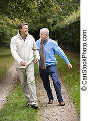 歩くこと, 父, 息子, 屋外で, 道, シニア, 微笑