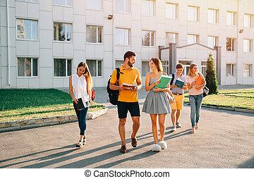 歩くこと, 生徒, 一緒に, 本, 大学, 手, キャンパス, 幸せ