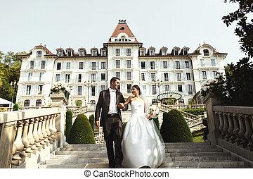 歩くこと, 花婿, 恋人, ホテル, 花嫁, 贅沢, 前部, 階段, 幸せ
