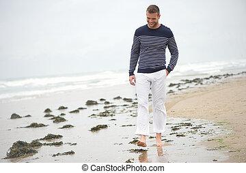 歩くこと, 若い, ける, 砂, 微笑, 浜, 人
