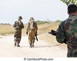 歩くこと, 軍, 武器