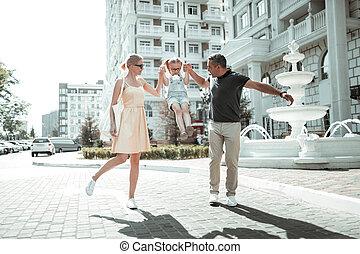 歩くこと, daughter., わずかしか, ∥(彼・それ)ら∥, 親, 幸せ