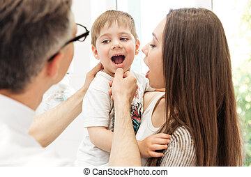 歯科医, 検査, 歯, の, 小さい 男の子, ∥において∥, 歯医者の, 医院