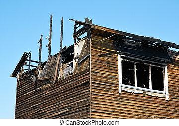 残物, 家, 台なし, 焦がされる, 下方に, 燃えた
