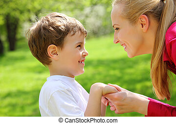 母亲和儿子, 看, 对, 彼此, 有, 共同联手, 在公园中, 在中, 春天