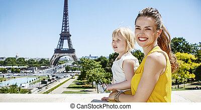 母親和女兒, 旅行者, 在, 巴黎, 調查, 距離