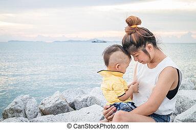 母親遊び, かわいい, 男の子, 彼の, アジア人