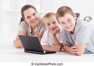 母親, 以及, 孩子, 使用便攜式計算机