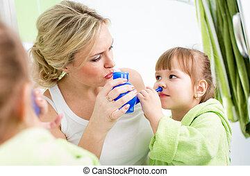 母親, 以及, 孩子, 由于, neti, 罐, 准備好, 為, 鼻, 灌溉, 或者, 沖洗