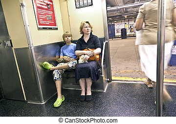 母親, 坐, 地鐵, 孩子