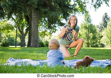 母親, 拍照片, ......的, 男嬰, 在公園
