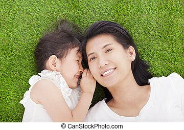 母 と 娘, ささやくこと, うわさ話, 芝生に