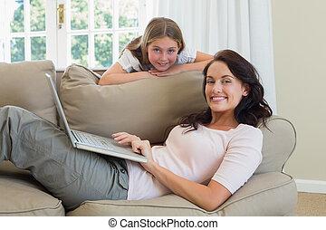 母 と 娘, ∥で∥, ラップトップ, 中に, 反響室