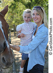 母 と 娘, なでること, 馬