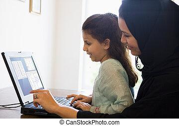母 と 娘, 中に, オフィス, ∥で∥, ラップトップ, 微笑, (high, key/selective, focus)