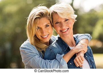 母 と 娘, 抱き合う