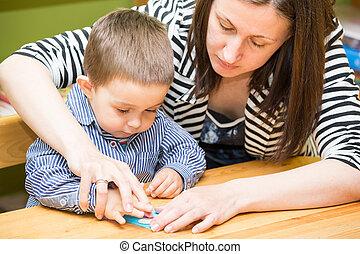 母 と 子供, 男の子, 図画, 一緒に, ∥で∥, 色, 鉛筆, 中に, 幼稚園, テーブルで, 中に, 幼稚園