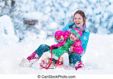 母 と 子供, sledding, 中に, a, 雪が多い, 公園